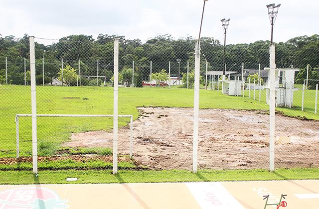 Campos de futebol recebem novo gramado