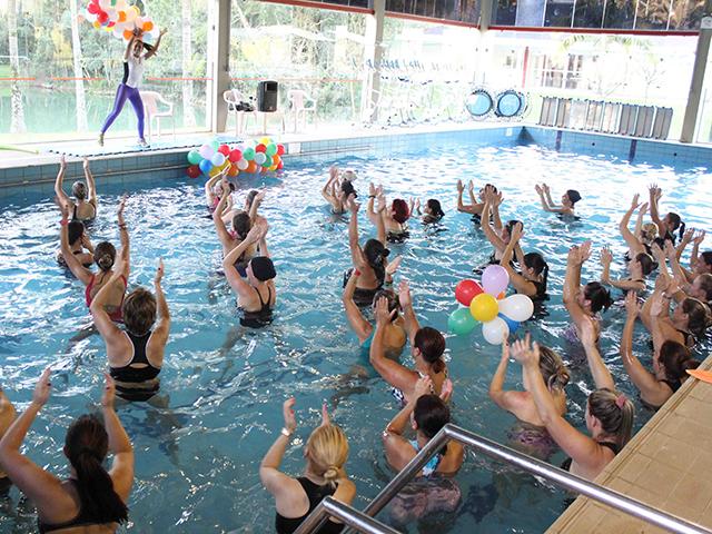 Aulão de Aqua Zumba: exercícios e muita alegria na piscina