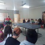 Técnicos e atleta divulgam tênis de mesa no Cras